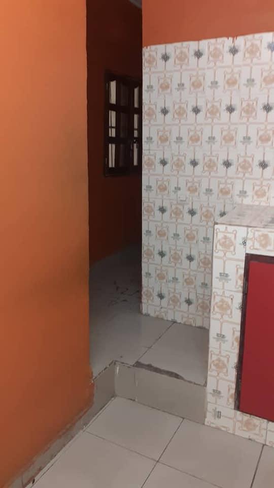 A louer un grands studio au 2eme étage avec balcon 2 douche accès facile à 100 000 mille
