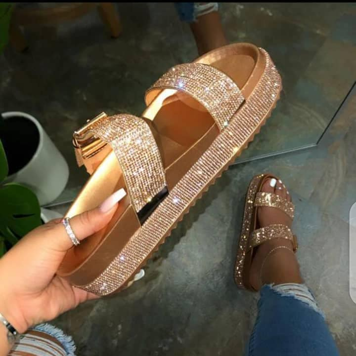 Sandales et nues pieds